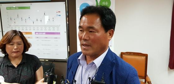 11일 오후 충남선거관리위원회에서 '1표차 당선'으로 논란이 된 청양군의원 가선구선거구 투표지 검증을 통해 새로운 당선인으로 결정된 임상기 후보가 인터뷰를 하고 있다. 신진호 기자