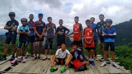 지난달 23일 태국 동굴 관광을 갔다가 실종된 축구부 소년들. [페이스북 캡처=BBC]
