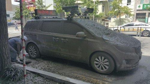 시멘트 뒤집어 쓴 불법 주정차단속 차량 [부산지방경찰청 제공=연합뉴스]