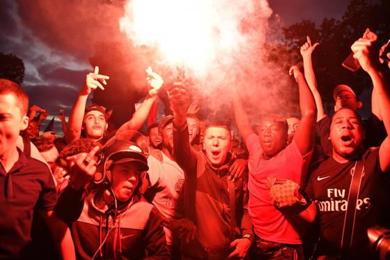 프랑스가 월드컵 결승진출을 확정지은 뒤 축구팬들이 환호하고 있다.[EPA=연합뉴스]