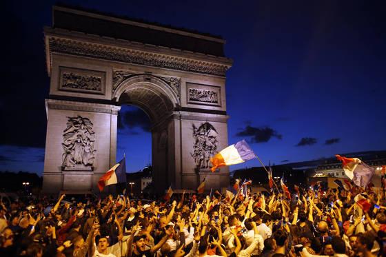 개선문 앞에서 프랑스 국기를 흔들며 열광하는 프랑스 축구팬들. [AP=연합뉴스]