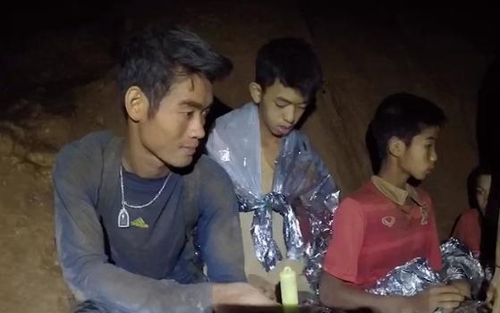 태국 치앙라이 유소년 축구팀 선수들과 코치가 17일간의 '동굴 드라마'를 기적 같은 해피엔딩으로 마무리했다. 사진은 동굴에 갇혔을 당시 엑까뽄 코치. [태국 네이비실 영상 캡처]