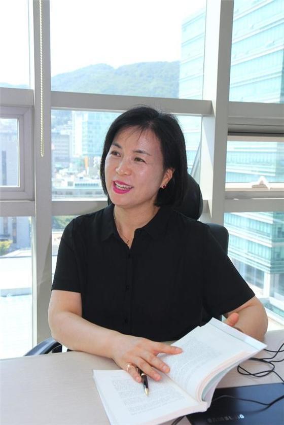2017년, 동아대학교 부민캠퍼스 도서관에서 글쓰기 강사로 근무하며 찍은 사진. [사진 정문숙]