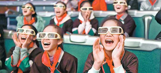 중국 남부 광시(廣西)좡족(壯族)자치구 류저우(柳州)시에 있는 한 극장에서 학생들이 3차원(3D) 영화를 관람하고 있다. 류저우 같은 소도시에도 속속 멀티플렉스 영화관이 들어서고 있다. [류저우 신화=연합뉴스]