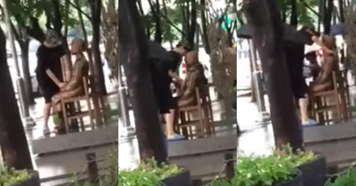 대구 중구 2·28 기념공원에 설치된 평화의 소녀상을 쓰다듬는 남성. [사진 페이스북 페이지 '실시간 대구']