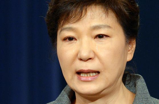 박근혜 전 대통령이 2014년 5월 19일 오전 청와대 춘추관에서 열린 세월호 참사 관련 대국민담화 발표 연설 말미 '의로운' 희생자 이름을 거명하며 눈물을 흘렸다. [청와대사진기자단]