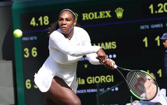 출산으로 1년 넘게 쉬었던 세리나 윌리엄스가 11일 윔블던 여자 단식 8강전에서 백핸드 샷을 하고 있다. 여자 테니스 세계 181위인 윌리엄스는 카밀라 조르지를 2-1로 꺾고 준결승에 올랐다. [UPI=연합뉴스]