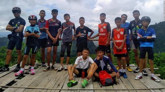 태국 치앙라이 동굴에 고립됐다 구조된 축구클럽 소년들과 코치가 예전 훈련에서 찍은 사진. [사진 태국 해군 페이스북 캡처]