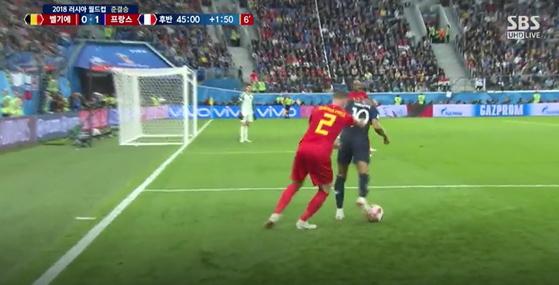 벨기에 알데르베이럴트는 음바페를 뒤따라가다가 도저히 못참겠다는듯 두손으로 밀어버렸다. [SBS 캡처]