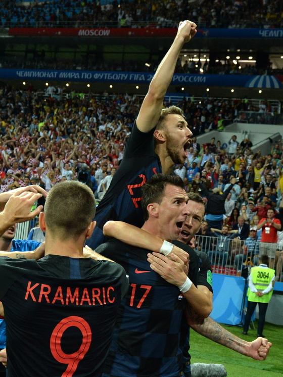 인구 416만 소국 크로아티아가 월드컵 결승에 오르는 기적을 연출했다. 크로아티아 공격수 만주치키(가운데)가 잉글랜드와 러시아 월드컵 4강 연장 후반에 결승골을 터트린 뒤 기뻐하고 있다. [AP=연합뉴스]