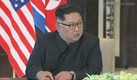 북미정상회담이 열린 6월 12일 오후 싱가포르 센토사 섬 카펠라호텔에서 북한 김정은 국무위원장이 미국 도널드 트럼프 대통령과의 공동 합의문에 서명한 뒤 발언하고 있다. [스트레이츠타임스 홈페이지 캡처=연합뉴스]