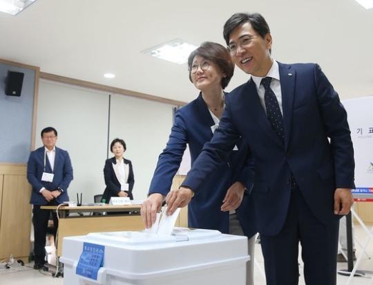 안희정 전 충남지사와 부인 민주원씨 [사진 충남도]
