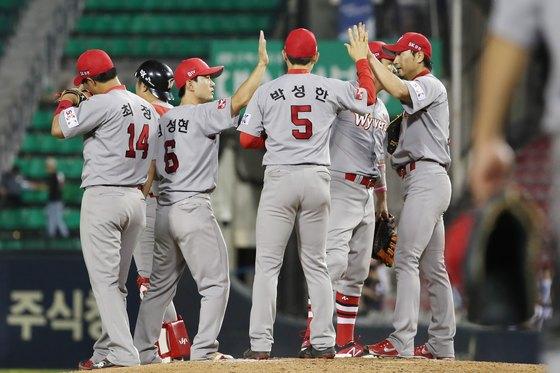 SK 와이번스 선수들이 LG 트윈스와 경기에서 승리하고 기뻐하고 있다. [뉴스1]
