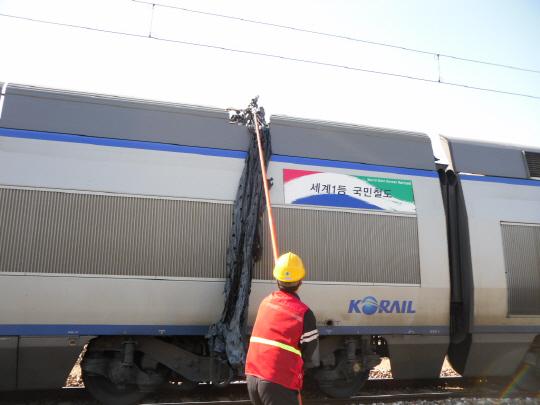 농가에서 방치한 폐비닐도 열차 운행을 방해하는 원인 중 하나다. [중앙포토]