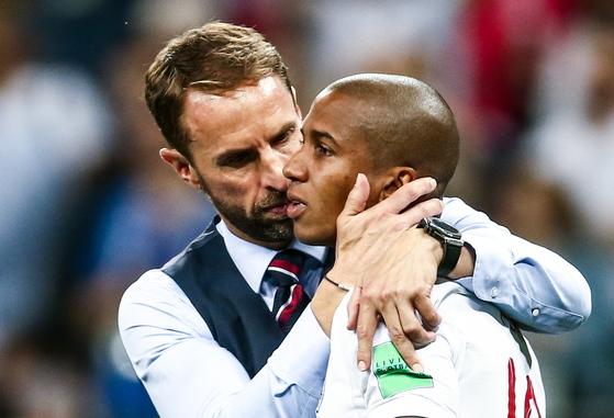 사우스게이트(왼쪽) 잉글랜드 감독이 패배 직후 애슐리 영을 위로하고 있다. [타스=연합뉴스]