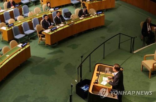 문재인 대통령이 지난해 미국 뉴욕 유엔본부에서 열린 제72차 유엔총회에서 기조연설을 하며 북한 대표단을 바라보고 있다. [연합뉴스]