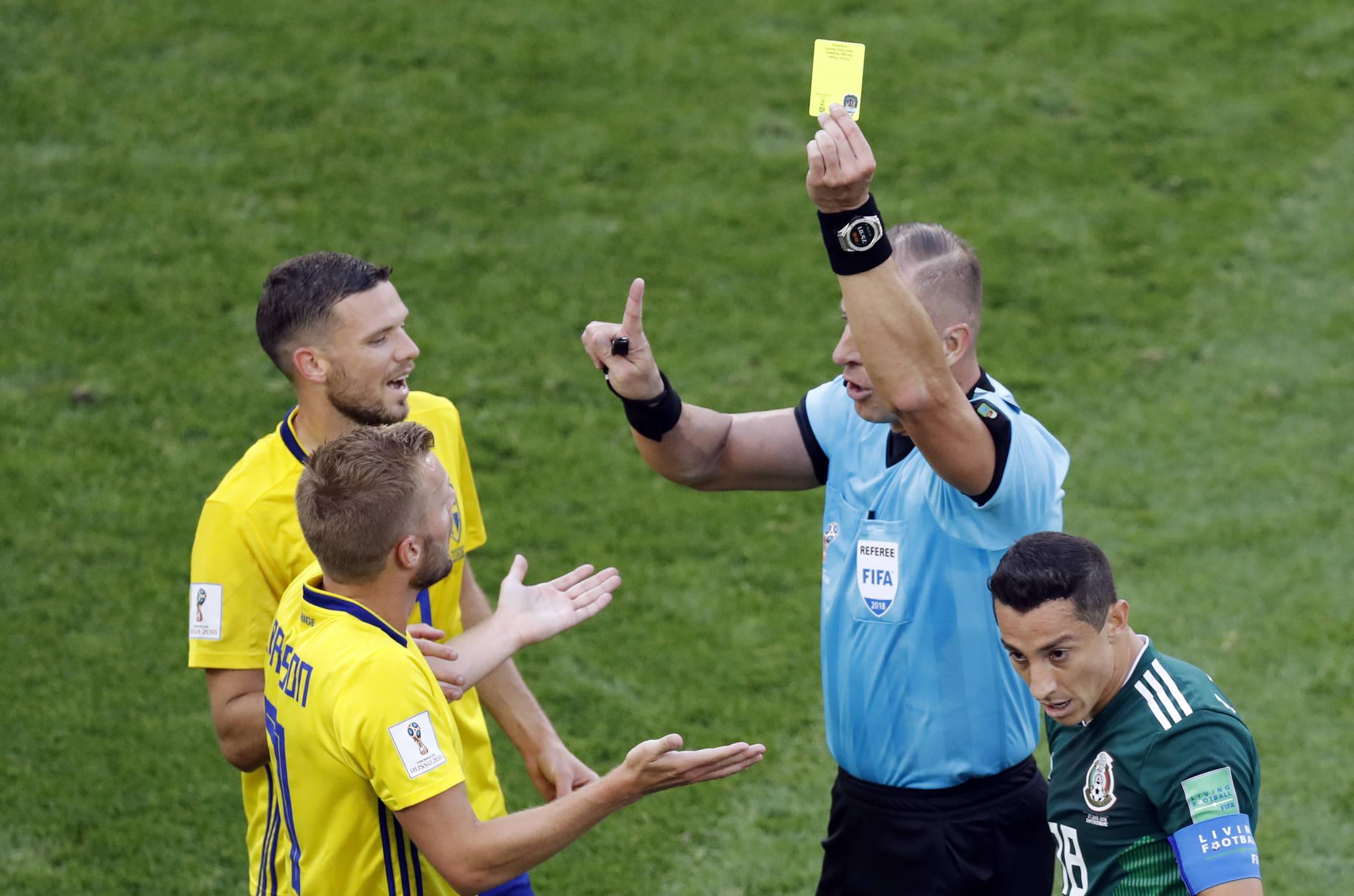 스웨덴 선수에게 엘로 카드를 주고 있는 피타나 주심 [AP 연합]