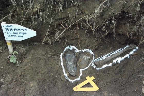 2016년 6월 강원도 철원 잠곡리 무명 1025고지에서 국방부 유해발굴감식단이 발굴 작업을 하던 중 미군 미확인 유해를 찾아냈다. [사진 국방부]
