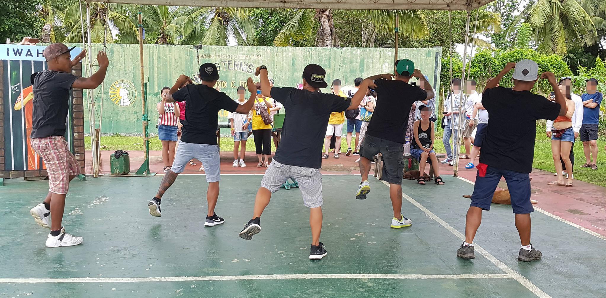 10일 관광객들 앞에서 가수 싸이의 '마더파더 젠틀맨'과 모모랜드의 '뿜뿜'에 맞춰 공연을 하고 있는 필리핀 팔라완 이와힉 개방 교도소 죄수들.변선구 기자