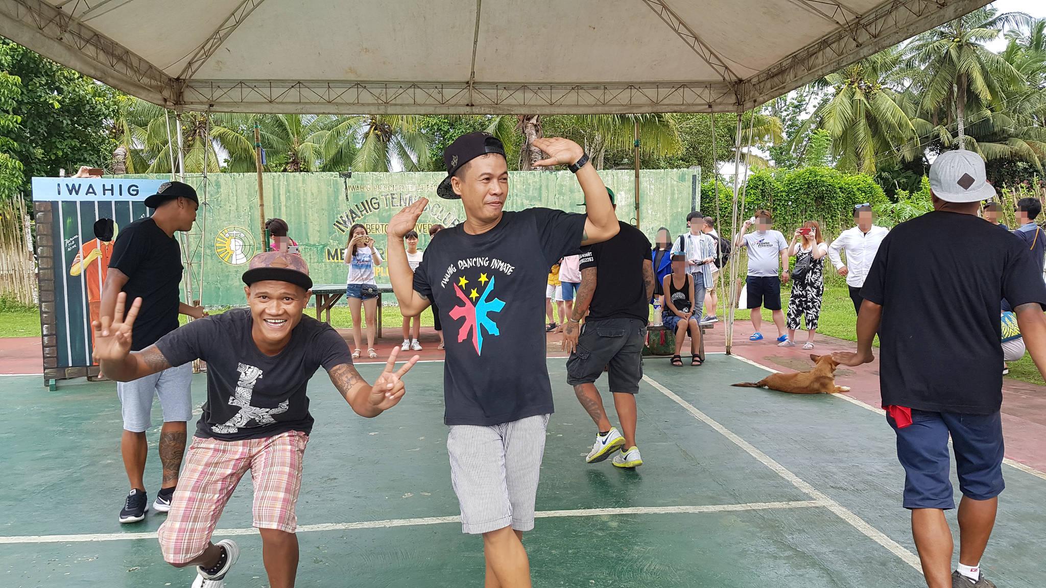 필리핀 팔라완 이와힉 개방 교도소에서 죄수들이 10일 관광객 앞에서 가수 싸이의 '마더파더 젠틀맨'과 모모랜드의 '뿜뿜'에 맞춰 춤을 선보이고 있다. 변선구 기자