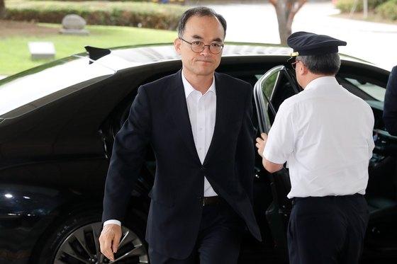 문무일 검찰총장이 서울 서초구 대검찰청으로 출근하고 있다. [뉴스1]