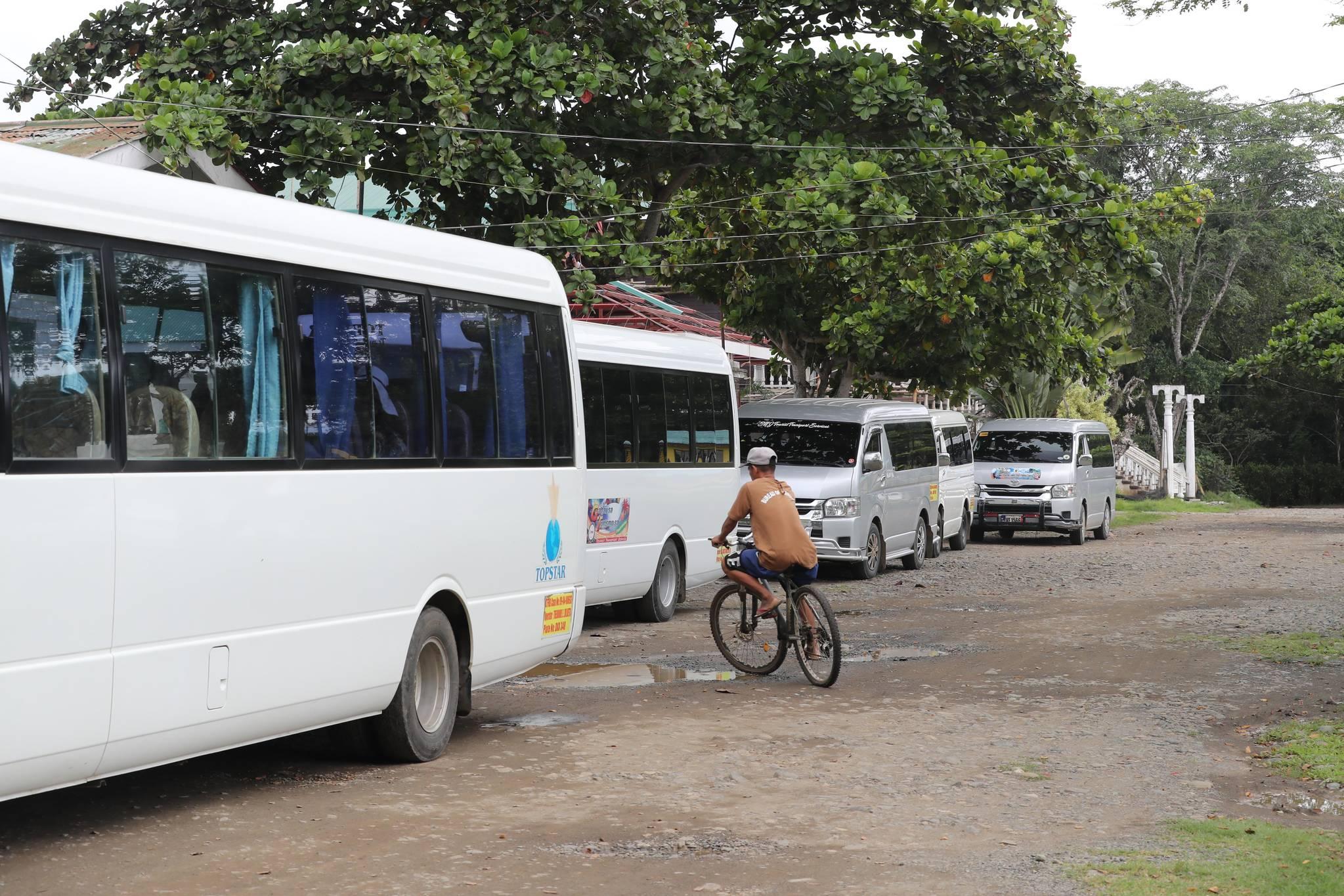 팔라완 이와힉 개방형 교도소. 죄수가 자전거를 타고 관광객들이 타고온 차량 사이를 지나고 있다. 변선구 기자