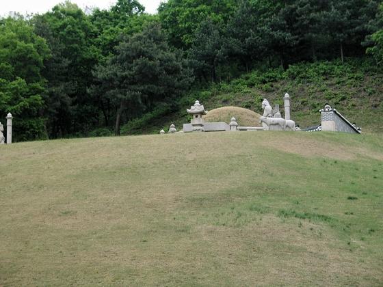 정성황후의 홍릉에는 당초 영조가 묻히기로 한 유택이 비어있다. [사진 김순근]
