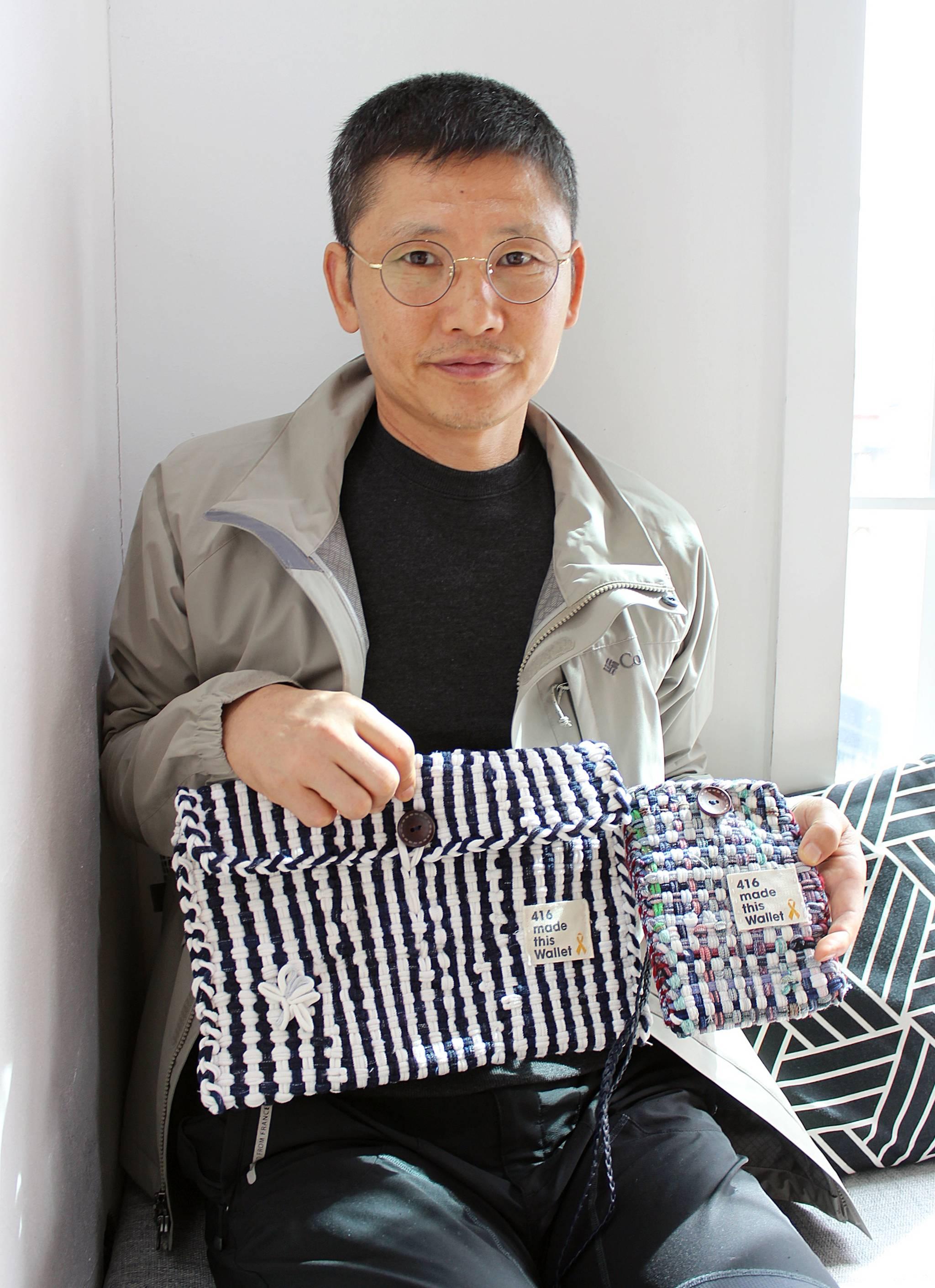 '파란바지의 의인'으로 불리는 제주지역 세월호 생존자 김동수(53)씨. 본인이 직접 뜨개질을 해서 만든 파우치를 들어보이고 있다. [뉴스1]