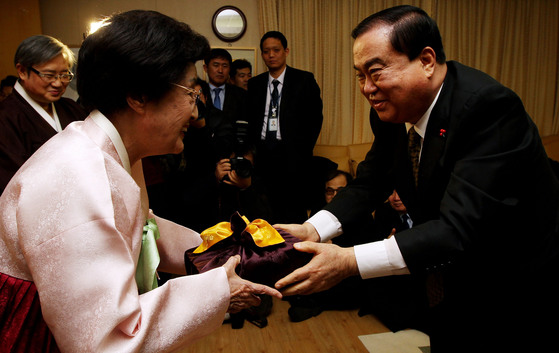 2015년 1월 당시 새정치민주연합 비상대책위원장이었던 문희상 국회의장이 김대중 전 대통령의 부인 이희호 여사를 예방한 뒤 황진단을 선물하고 있다. [중앙포토]