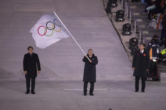 2018 평창 겨울올림픽 폐회식에서 독일 출신 토마스 바흐 IOC 위원장이 오륜기를 흔들고 있다. [올림픽사진공동취재단]