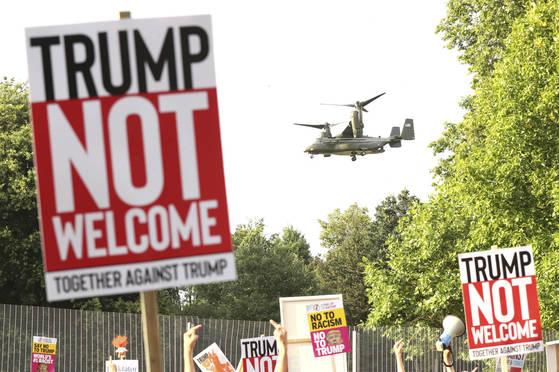 런던 등에서는 13일(현지시간) 대규모 시위가 벌어졌다. [AP=연합뉴스]