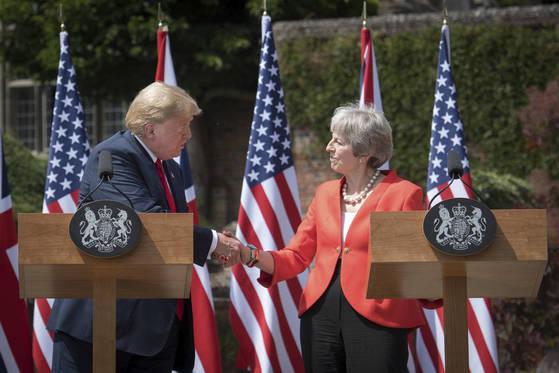 트럼프 미국 대통령과 메이 영국 총리가 13일 회담을 마친 후 공동 기자회견을 하고 있다. [AP=연합뉴스]