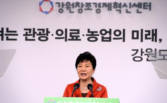 박근혜 전 대통령이 2015년 5월 11일 강원창조경제혁신센터 개소식에 참석한 모습 [중앙포토]