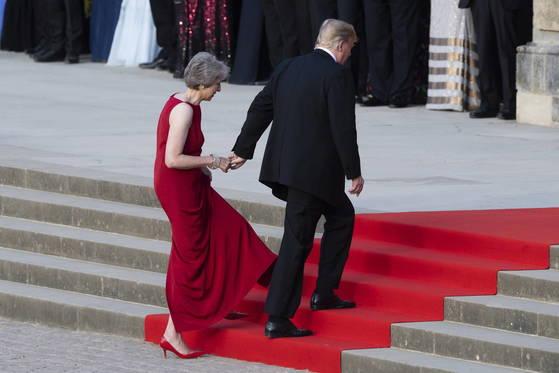 만찬장으로 향하는 메이 총리가 트럼프 대통령의 세 손가락만을 잡고 계단을 오르고 있다. 현지 언론들은 두 사람의 편치 않은 관계를 드러낸 모습이라고 보도했다. [EPA=연합뉴스]