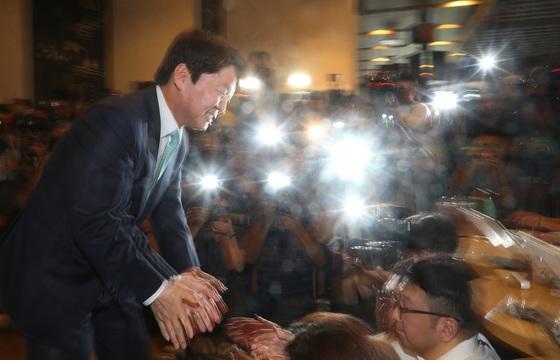 안철수 바른미래당 전 서울시장 후보가 12일 오후 서울 여의도 한 카페에서 열린 기자간담회에 참석하며 취재진들과 악수를 하고 있다. 안 전 후보는 정치 일선에서 물러나 성찰과 채움의 시간을 갖고자 한다고 밝혔다. [중앙포토]