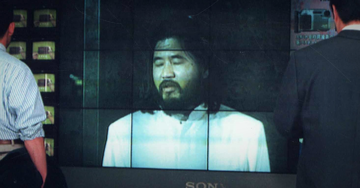 지난 2004년 옴진리교 교주 아사하라 쇼코에 대한 재판을 도쿄 시민들이 TV를 통해 지켜보고 있다. [AFP=연합뉴스]