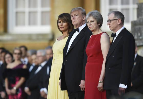 트럼프 미국 대통령 내외(왼쪽)와 메이 영국 총리 내외가 12일(현지시간) 공식 만찬 행사에 참석했다. [AP=연합뉴스]