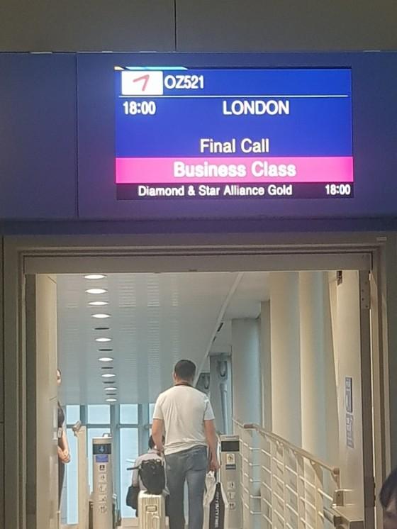 오후 2시30분 출발예정이었던 인천발 런던행 아시아나항공의 승객이 예정시간보다 3시간30분 지연된 오후 6시에 탑승하고 있다. 함종선 기자