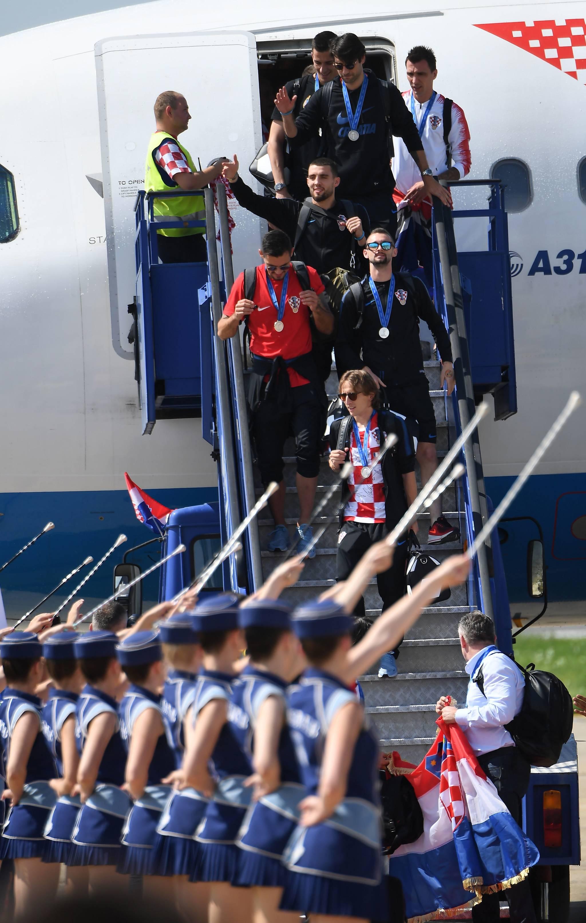 대표팀 선수들이 전용기에서 내리고 있다. [AFP=연합뉴스]