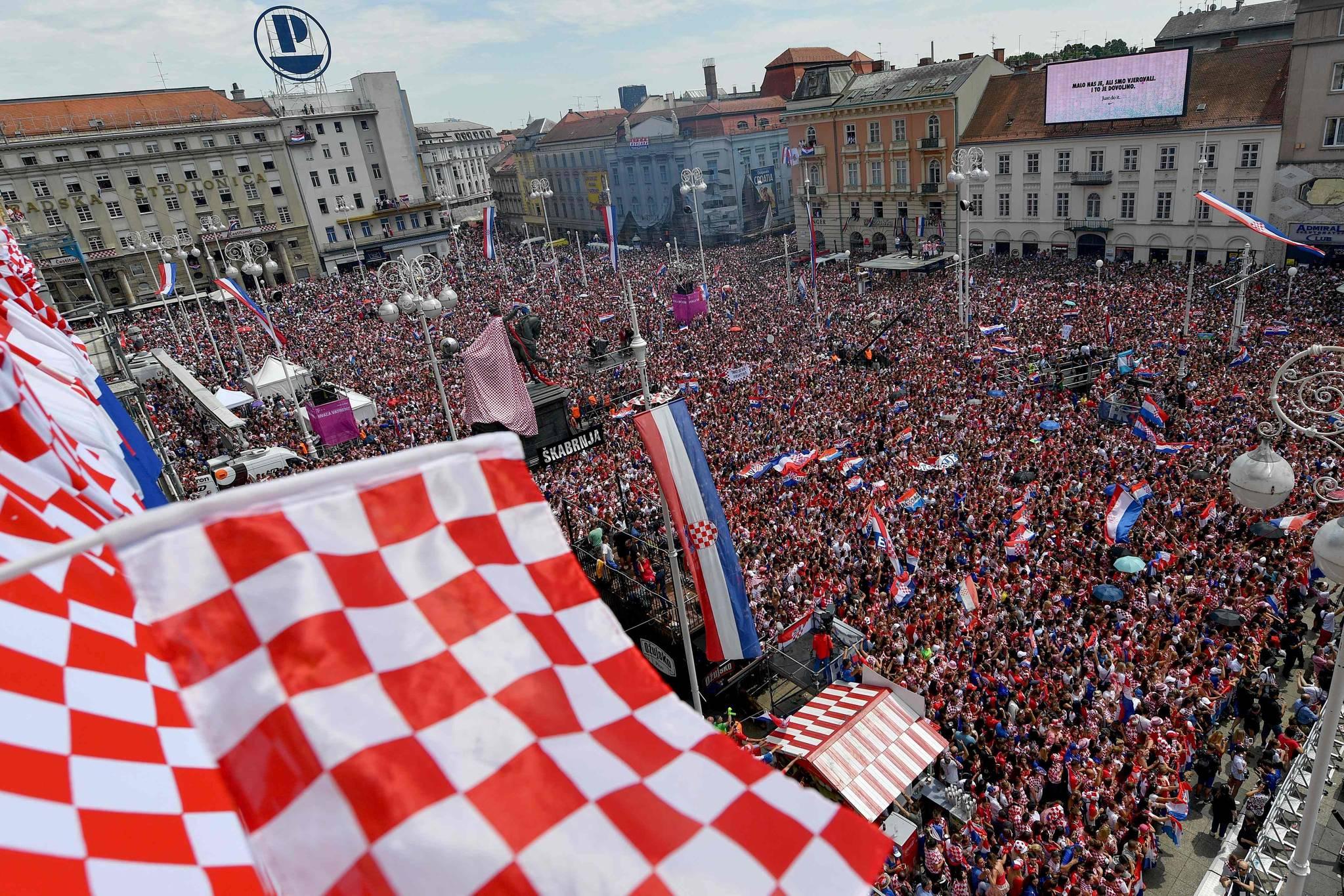 16일(현지시간) 자그레브 광장에 모인 크로아티아 시민들이 국기를 흔들며 대표팀을 환영하고 있다. [AFP=연합뉴스]