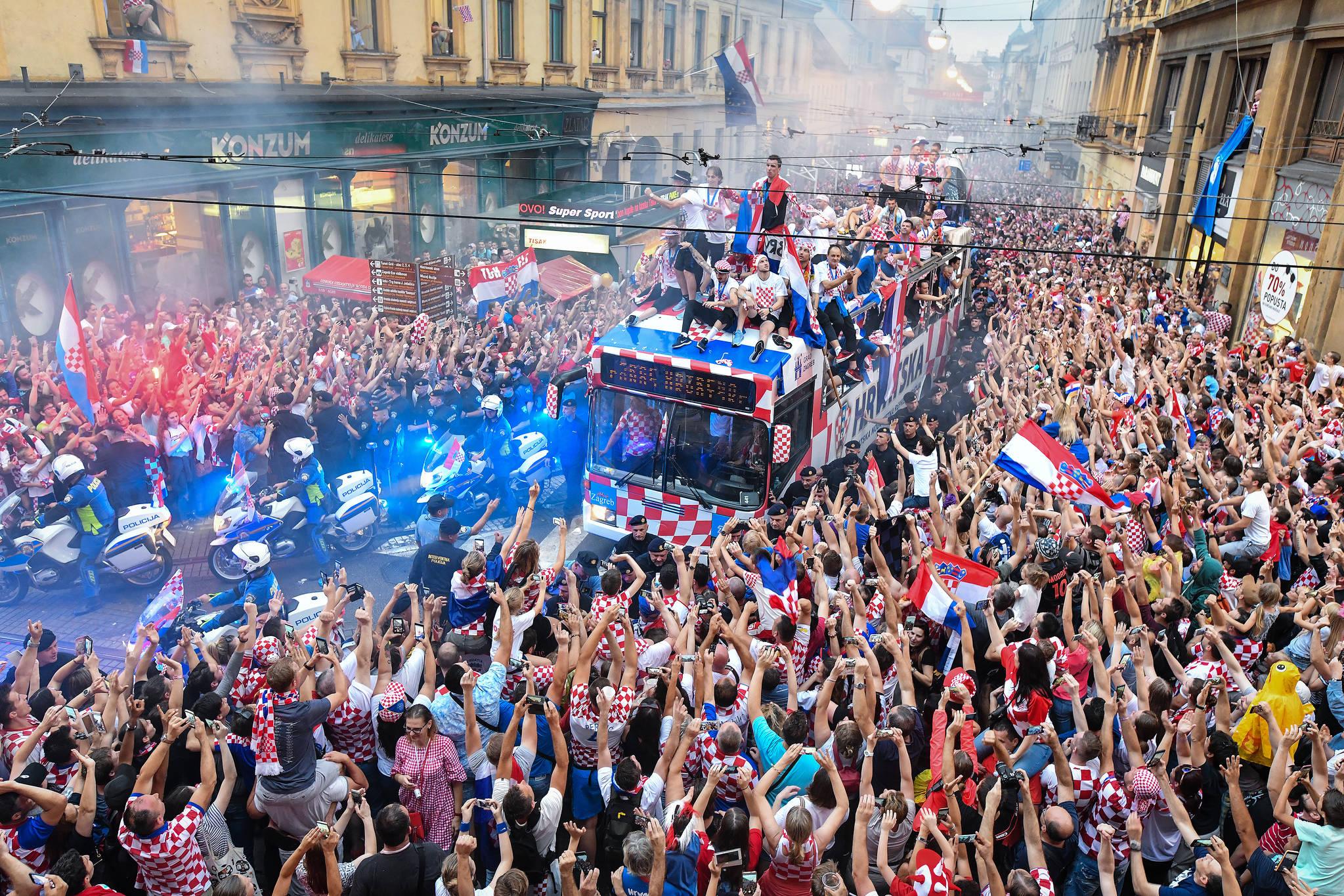 크로아티아 대표팀 선수들이 시민들의 환호를 받으며 공항에서 자그레브 광장으로 이동하고 있다. [신화=연합뉴스]