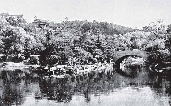 1910년 무렵의 장충단공원. 을미왜변 당시 일본군의 만행을 막으려다 전사한 연대장 홍계훈과 궁 내부대신 이경직 등 충신들의 제사를 지내기 위해 1900년에 조성됐다. 대한제국의 추모공간이었던 장충단공원은 강제병합 이후 일제에 의해 위락공원으로 변질된다. 심지어 이토 히로부미를 추모하는 신사(博文寺·박문사)를 세우기도 했다. [중앙포토]