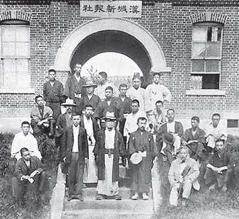 한성신보사 앞에 모인 낭인들. 1895년 2월 17일 창간된 '한성신보'는 일본 외무성의 기밀비와 매월 지급되는 일본공사관의 보조금으로 운영됐다. 한성신보사를 거점으로 아다치 겐조 사장 휘하에서 활동하는 낭인들이 명성황후 살해에 대거 들러리로 가담했다. [사진 눈빛출판사]
