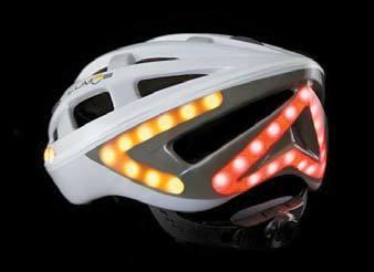 방향 표시등과 브레이크등 역할을 하는 LED 조명을 장착한 '루모스 헬멧'