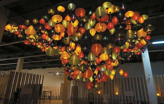 베트남 장인 드 란타냐가 만든 500개의 등으로 이뤄진 '아시안 하모니'