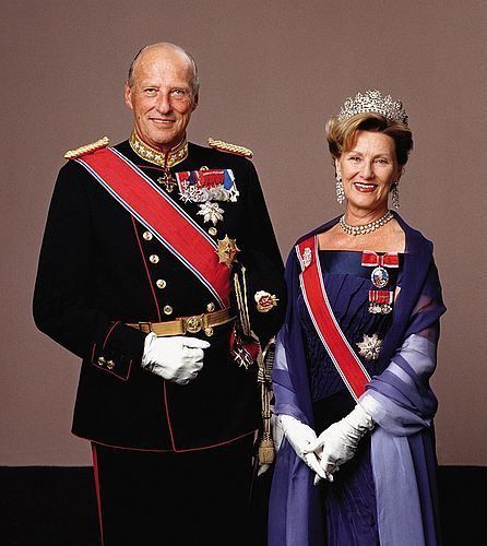 """노르웨이 국왕 하랄 5세 부부. 하랄 5세는 왕세자 시절인 1968년 """"이 여자가 아니면 평생 독신으로 살겠다""""고 아버지에게 말해 왕족이나 귀족이 아닌 여성과의 결혼을 허락받았다. 민주주의 사회에서 왕족이나 귀족은 더 이상 '그들만의 리그'를 주장할 수 없게 됐다."""