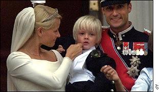 노르웨이 호콘 왕세자의 결혼 사진. 왕세자빈이 전 남자친구에서 얻은 아들 마리우스를 결혼식장에 데리고 나왔다. 이런 솔직함이 왕실이 국민 지지를 얻는 원동력이 되고 있다. 약점을 장점으로 바꾼 경우다.