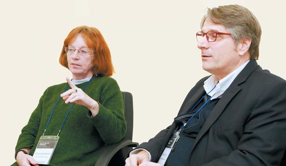 미리암 뢰벤슈타이노바 교수(왼쪽)와 로스 킹 교수가 한국 고전 번역의 갈 길에 대해 말하고 있다. [사진 한국학중앙연구원]