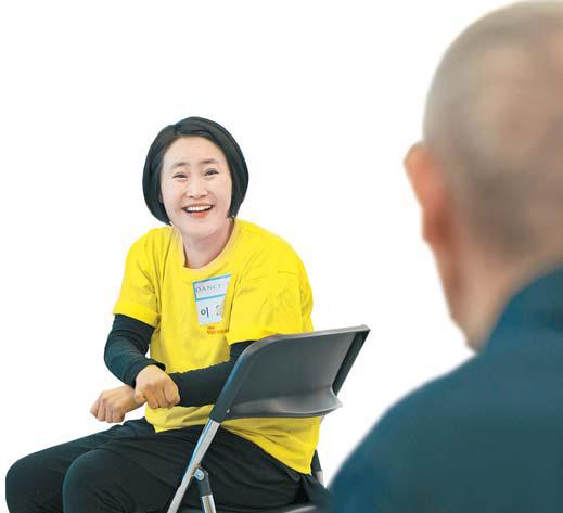 강사와 수강자들이 즐겁게 이야기를 나누며 수업을 진행한다. 전호성 객원기자 [전문무용수지원센터]
