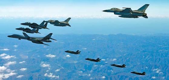 한반도 상공에서 편대 비행하고 있는 미국 장거리 폭격기 B-1B 랜서, F-35A, F-35B와 한국 공군 F-16, F-15K. [연합뉴스]